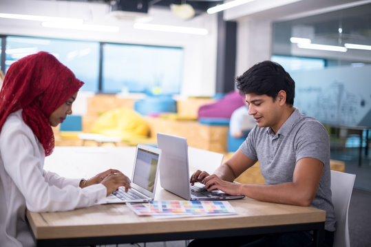 Échangez avec d'autres professionnels dans un espace de travail collaboratif et convivial