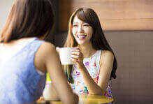 Trò chuyện bên ly cà phê trong một không gian văn phòng chung thoải mái