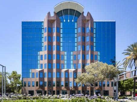建筑位于Cerritos17777 Center Court Drive, Suite 600 1