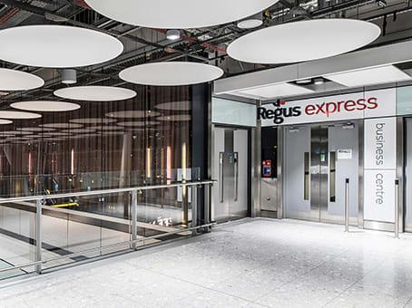 建筑位于LondonTerminal 5 Arrivals Concourse, Heathrow Airport, Western Perimeter Road 1