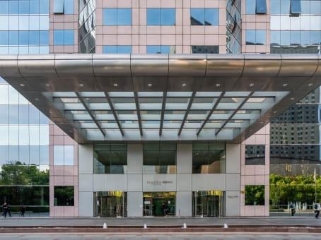 建筑位于上海市兴义路8号, 万都中心43层, 长宁区 1
