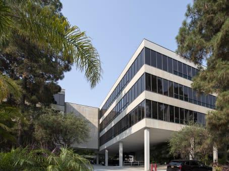 建筑位于Rolling Hills609 Deep Valley Drive, Suite 200 1